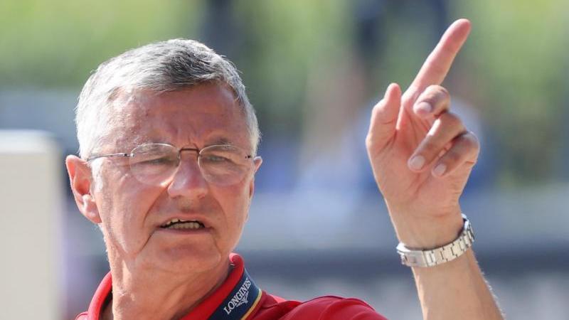 Otto Becker, Bundestrainer der deutschen Springreiter, gestikuliert. Foto: Friso Gentsch/dpa