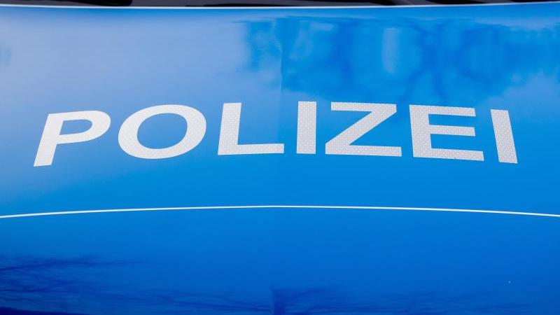 Der Polizei-Schriftzug steht auf einem Einsatzfahrzeug. Foto: Christoph Soeder/dpa/Symbolbild