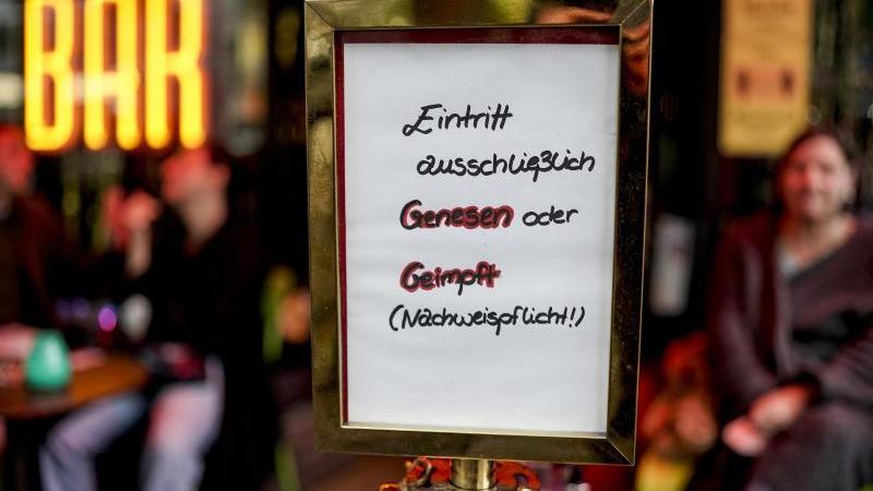 Vor einer Bar steht ein Hinweisschild, welches auf den Einlass nach der 2G-Regel hinweist. Foto: Axel Heimken/dpa/Archivbild