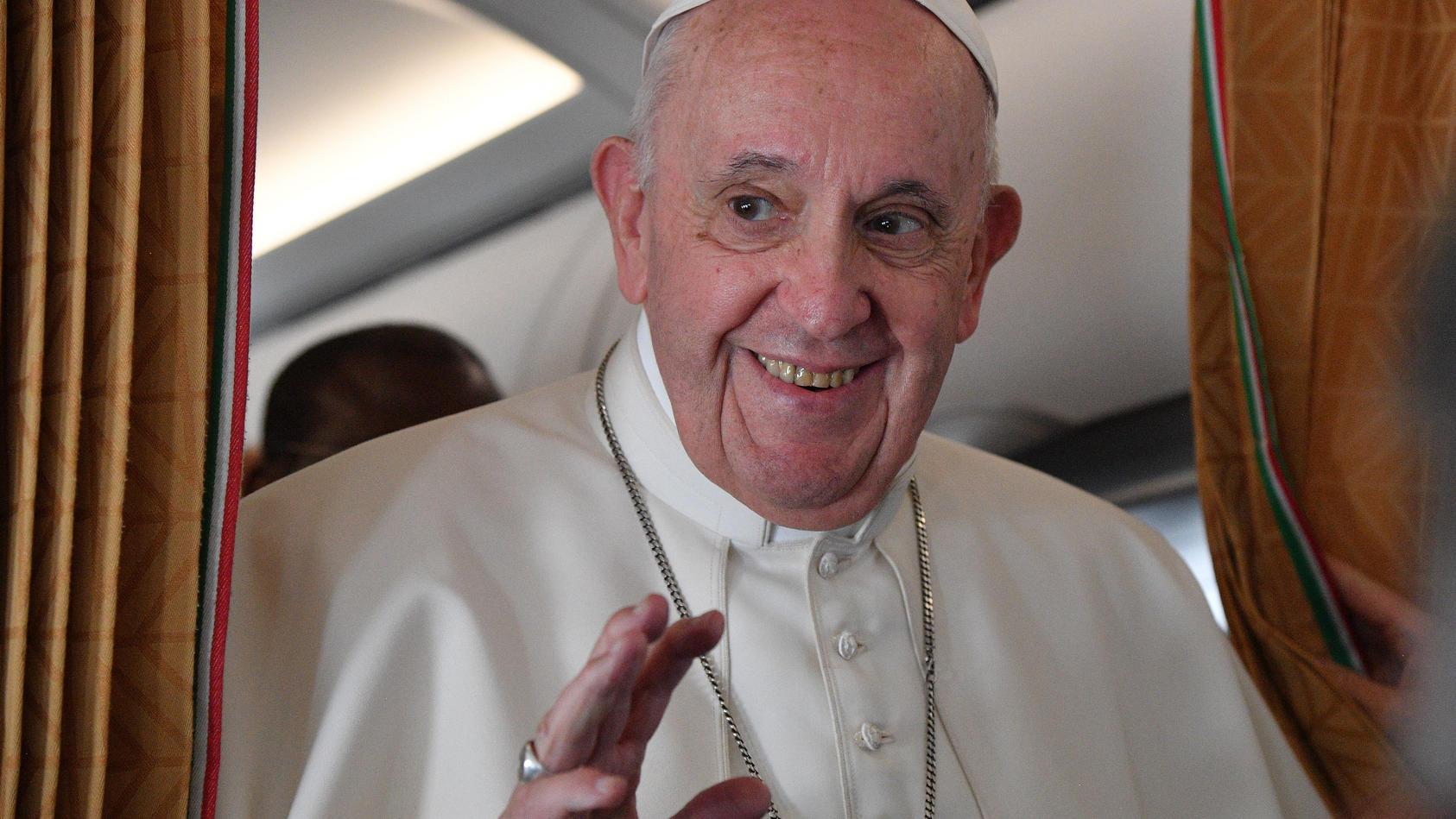Papst Franziskus an Bord einer Alitalia Maschine auf dem Rückweg aus der Slowakei nach Rom