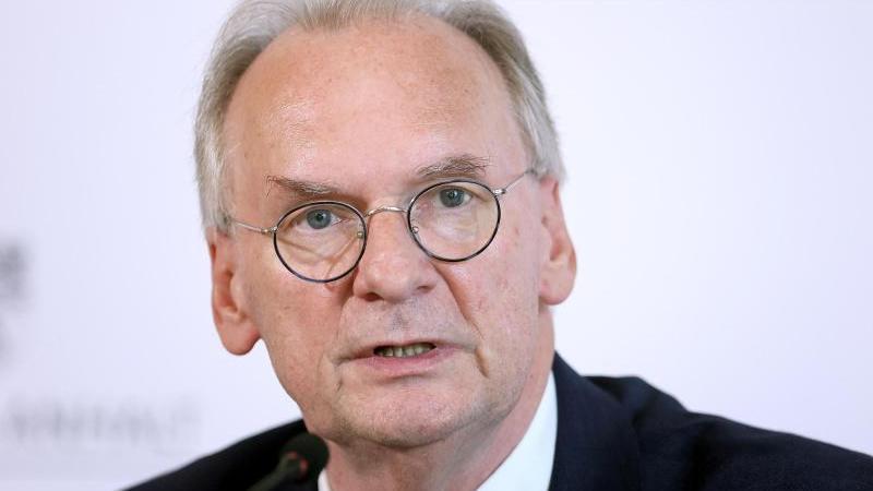 Reiner Haseloff (l.) wird von Landtagspräsident Gunnar Schellenberger vereidigt. Foto: Ronny Hartmann/dpa