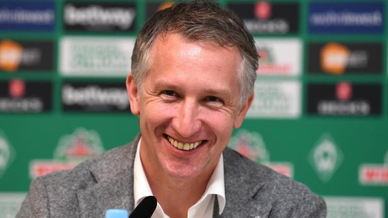 Werders Geschäftsführer Frank Baumann lächelt auf der Pressekonferenz. Foto: Carmen Jaspersen, Dpa-Pool/dpa