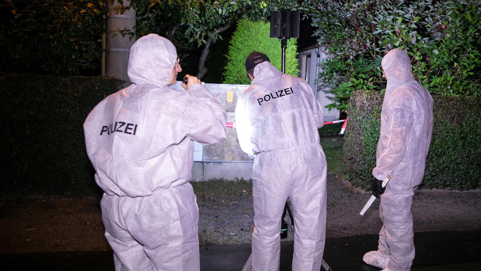 Die Kriminalpolizei bei der Spurensicherung am Tatort in Großröhrsdorf.