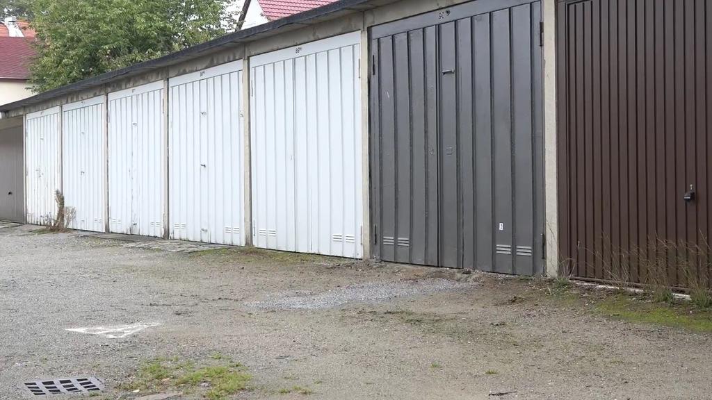 Vor dieser Garage wurde die 16-Jährige erstochen