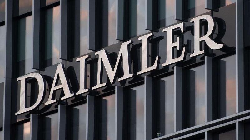 Das Logo der Daimler AG ist an der Konzernzentrale im Mercedes Benz-Werk in Untertürkheim zu sehen. Foto: Marijan Murat/dpa/Archiv
