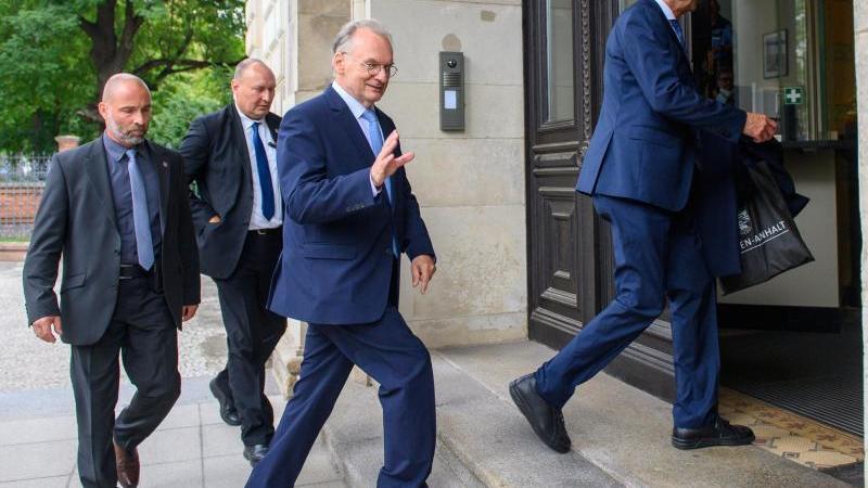Reiner Haseloff (CDU, 2.v.r), Ministerpräsident des Landes Sachsen-Anhalt, kommt in die Staatskanzlei. Foto: Klaus-Dietmar Gabbert/dpa-Zentralbild/dpa