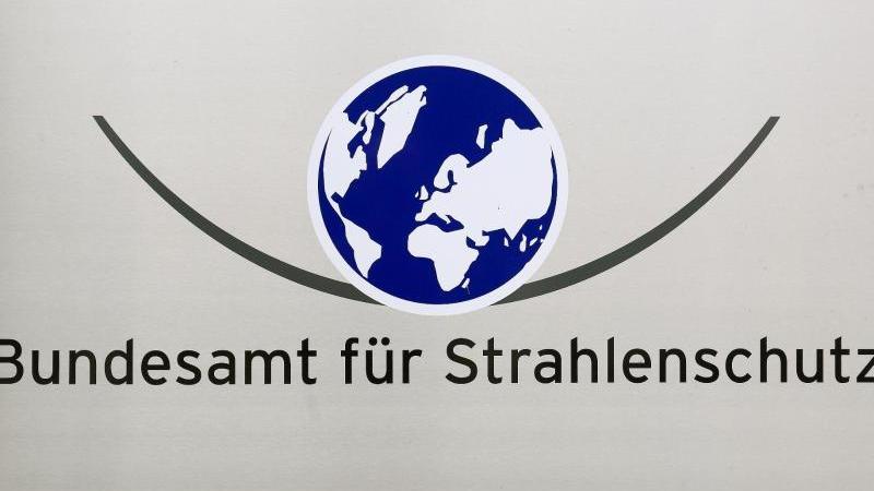 """Blick auf ein Schild mit der Aufschrift """"Bundesamt für Strahlenschutz"""". Foto: Jens Wolf/dpa/Archivbild"""