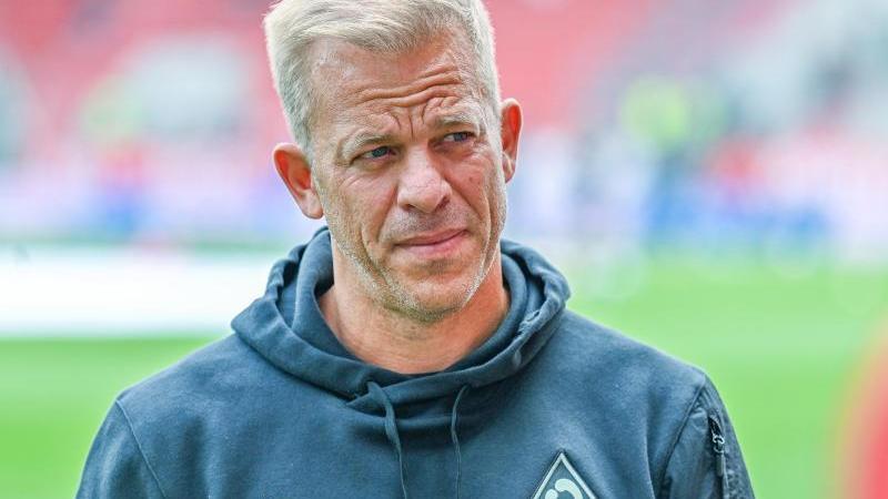 Bremens Trainer Markus Anfang steht vor dem Spiel im Stadion. Foto: Armin Weigel/dpa/archivbild