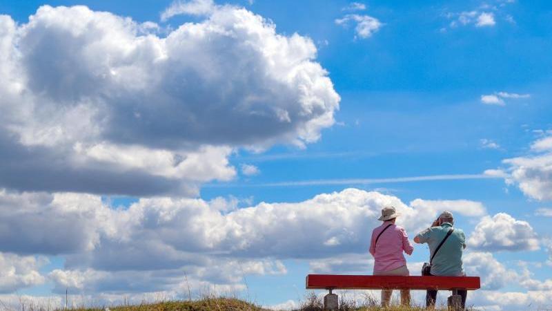 Zwei ältere Personen sitzen auf einer Bank in der Natur. Foto: Patrick Pleul/dpa-Zentralbild/ZB/Symbolbild