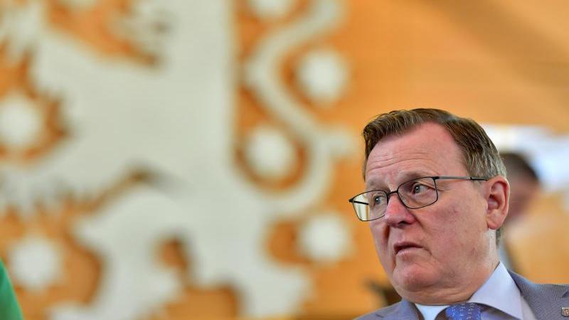 Bodo Ramelow (Die Linke), Ministerpräsident von Thüringen, sitzt im Plenarsaal des Thüringer Landtags. Foto: Martin Schutt/dpa-Zentralbild/dpa/Archivbild