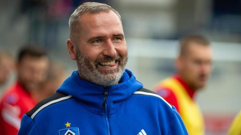 Hamburgs Trainer Tim Walter lacht vor dem Spiel. Foto: Stefan Puchner/dpa/archivbild