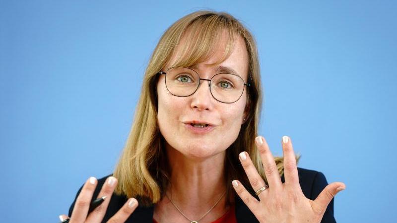 Eva von Angern (Die Linke) spricht. Foto: Kay Nietfeld/dpa/Archivbild