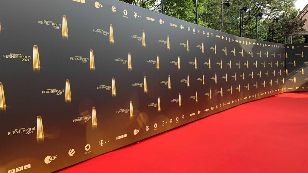 """Der Rote Teppich des """"Deutschen Fernsehpreises"""" 2021 ist eröffnet."""