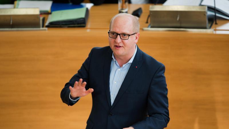 Henning Homann (SPD) spricht. Foto: Arno Burgi/dpa-Zentralbild/dpa/Archivbild