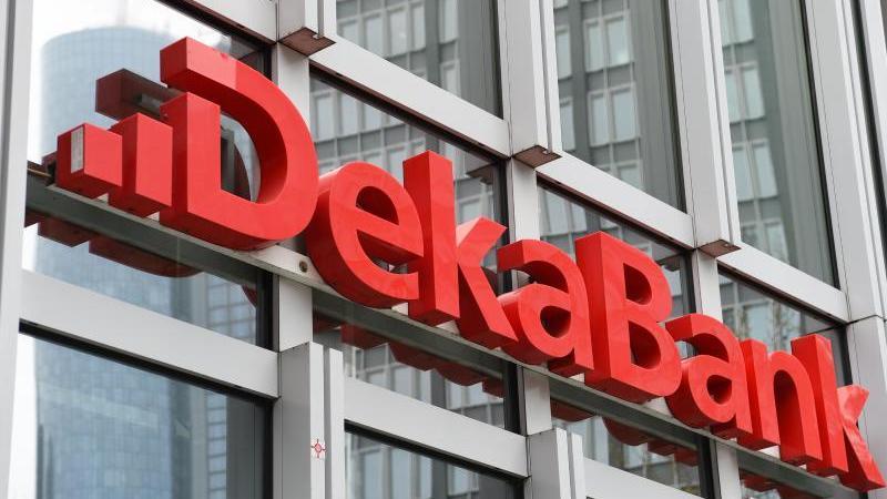 """Der Schriftzug """"Dekabank"""" ist zu sehen. Foto: Arne Dedert/dpa/Archivbild"""