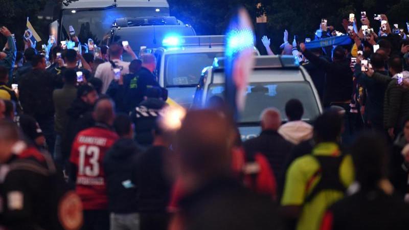 Fans von Fenerbahce feiern die Ankunft ihrer Mannschaft vor dem Stadion. Foto: Arne Dedert/dpa