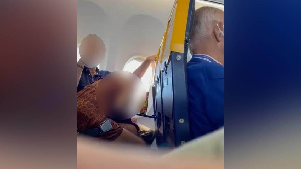Sex im Flugzeug - dieses Pärchen versucht erst gar nicht, das heimlich zu tun.
