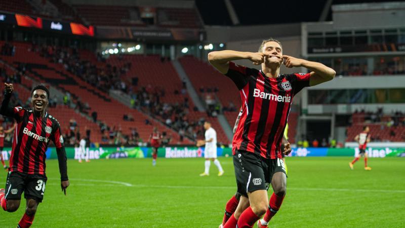 Leverkusens Torschütze Florian Wirtz (r) jubelt nach seinem Treffer zur 2:1-Führung gegen Ferencvaros Budapest. Foto: Marius Becker/dpa