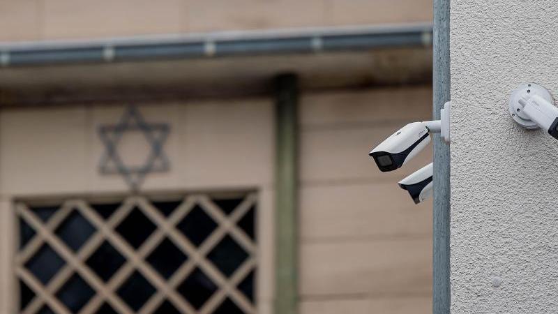 Überwachungskameras hängen an der Synagoge in Hagen. Foto: Markus Klümper/Sauerlandreporter/dpa