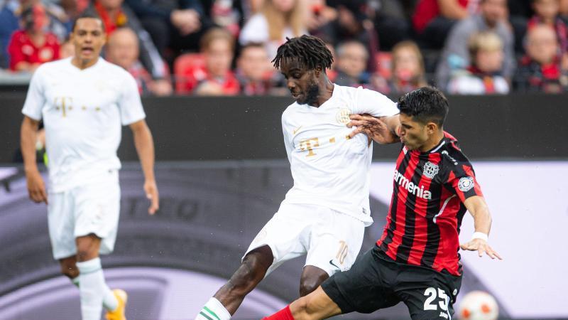 Leverkusens Exequiel Palacios (r) und Budapests Tokmac Nguen kämpfen um den Ball. Foto: Marius Becker/dpa