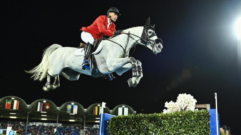 Springreiter Christian Ahlmann auf Pferd Clintrexo überspringt ein Wasserhindernis. Foto: Uwe Anspach/dpa