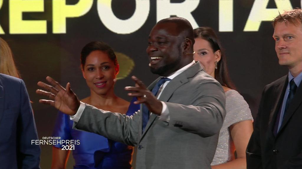 """Ex-Kicker Gerals Asamoah bedankt sich für die Auszeichnung in der Kategorie """"Beste Reportage"""". Die Doku """"Schwarze Adler"""" (Amazon/ZDF/Broadview TV), in der er mitwirkte, hat abgeräumt."""