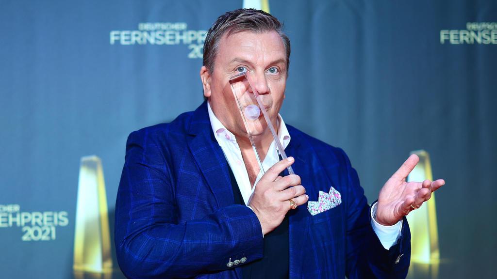 """Entertainer Hape Kerkeling erhält bei der Verleihung des Deutschen Fernsehpreises 2021 im Tanzbrunnen die Auszeichung in der Kategorie """"Ehrenpreis""""."""