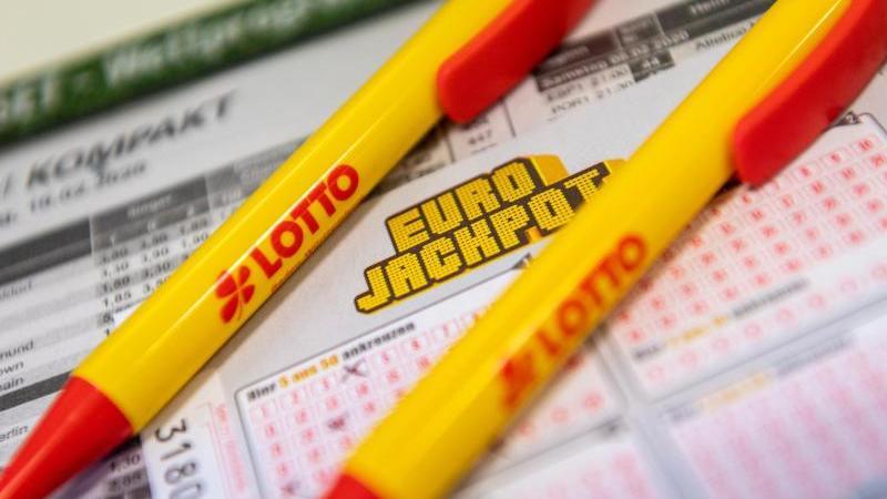 Ein Los für den Eurojackpot und ein Kugelschreiber liegen in einer Lotto-Annahmestelle. Foto: Patrick Seeger/dpa/Symbolbild