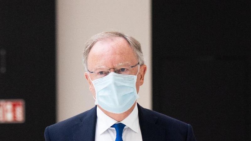 Niedersachsens Ministerpräsident Stephan Weil kommt in den Landtag Niedersachsen. Foto: Julian Stratenschulte/dpa/archivbild