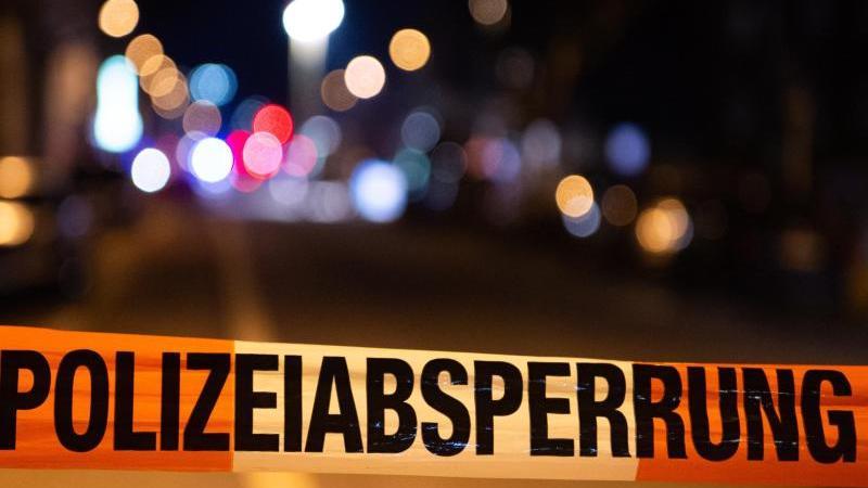 Ein Einsatzort der Polizei ist mit Flatterband abgesperrt. Foto: Christophe Gateau/dpa/Symbolbild