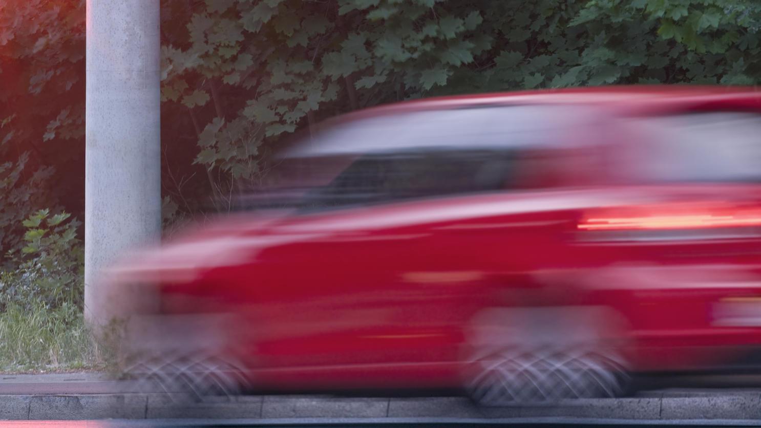 Vor dem Zusammenstoß soll die Fahrerin stark beschleunigt haben. (Symbolbild)