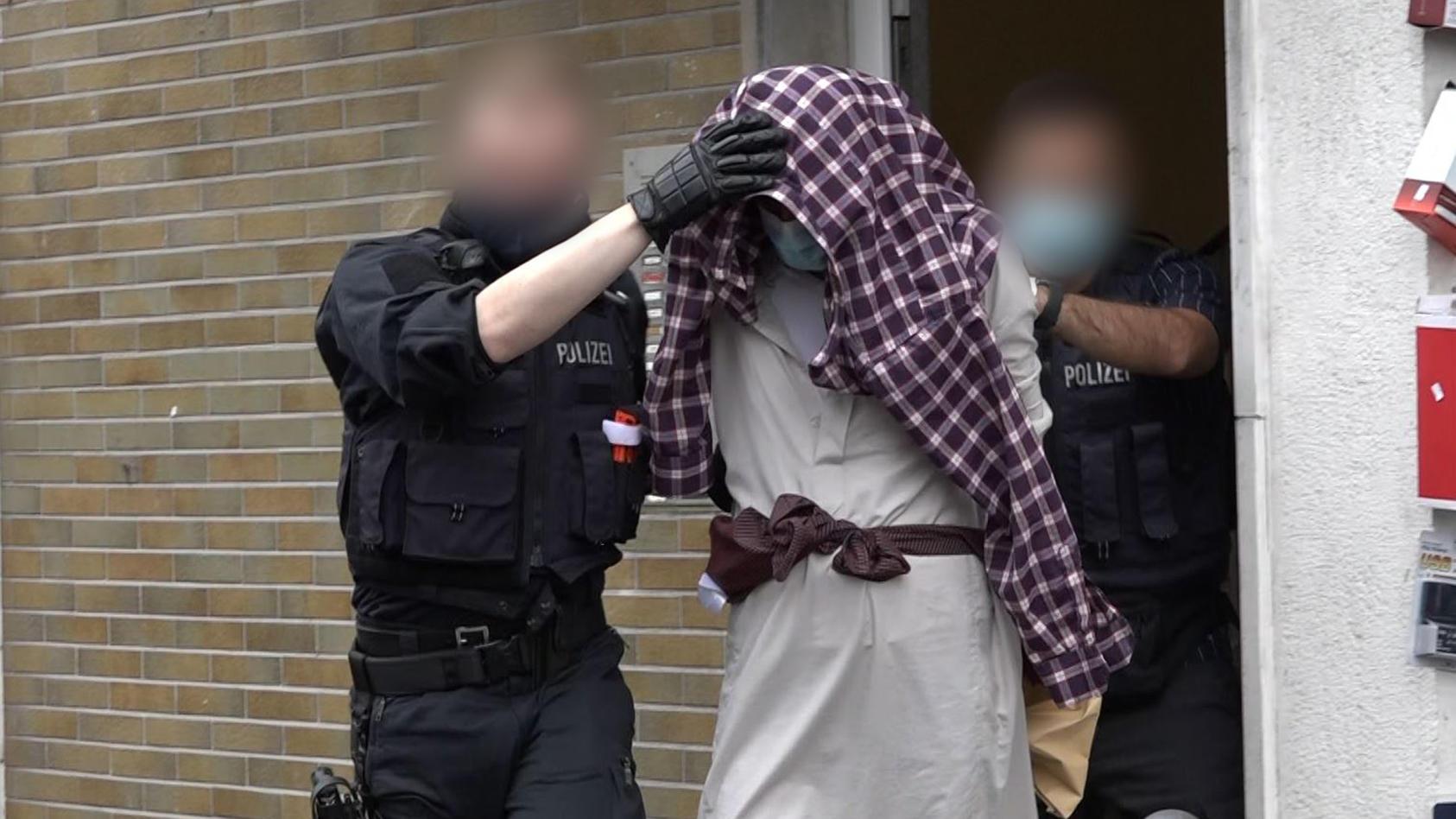 Der wegen mutmaßlicher Anschlagspläne auf die Hagener Synagoge festgenommene Jugendliche wird einem Haftrichter vorgeführt.