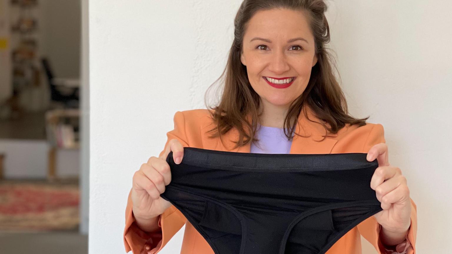 Julia Rittereiser, Gründerin von Kora Mikino, zeigt einen Periodenslip.