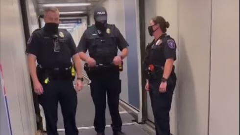 Von diesen Polizisten soll die Mutter aus dem Flugzeug eskortiert worden sein.