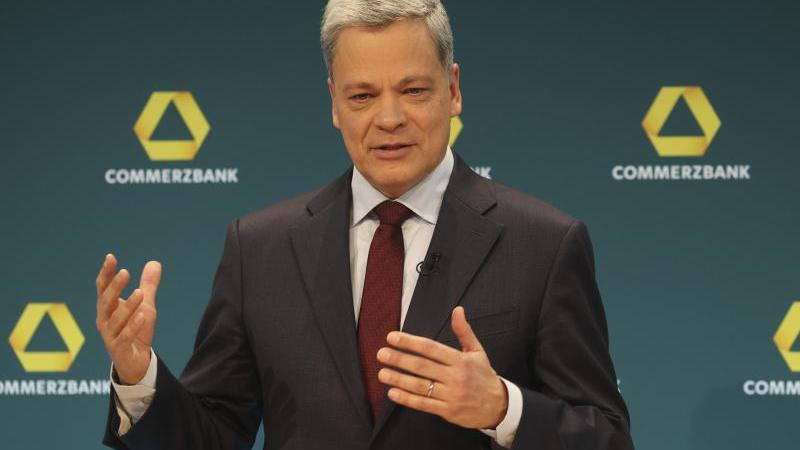 Der Commerzbank-Chef Manfred Knof spricht während einer Pressekonferenz der Commerzbank AG. Foto: Alex Kraus/Commerzbank AG/dpa/archivbild