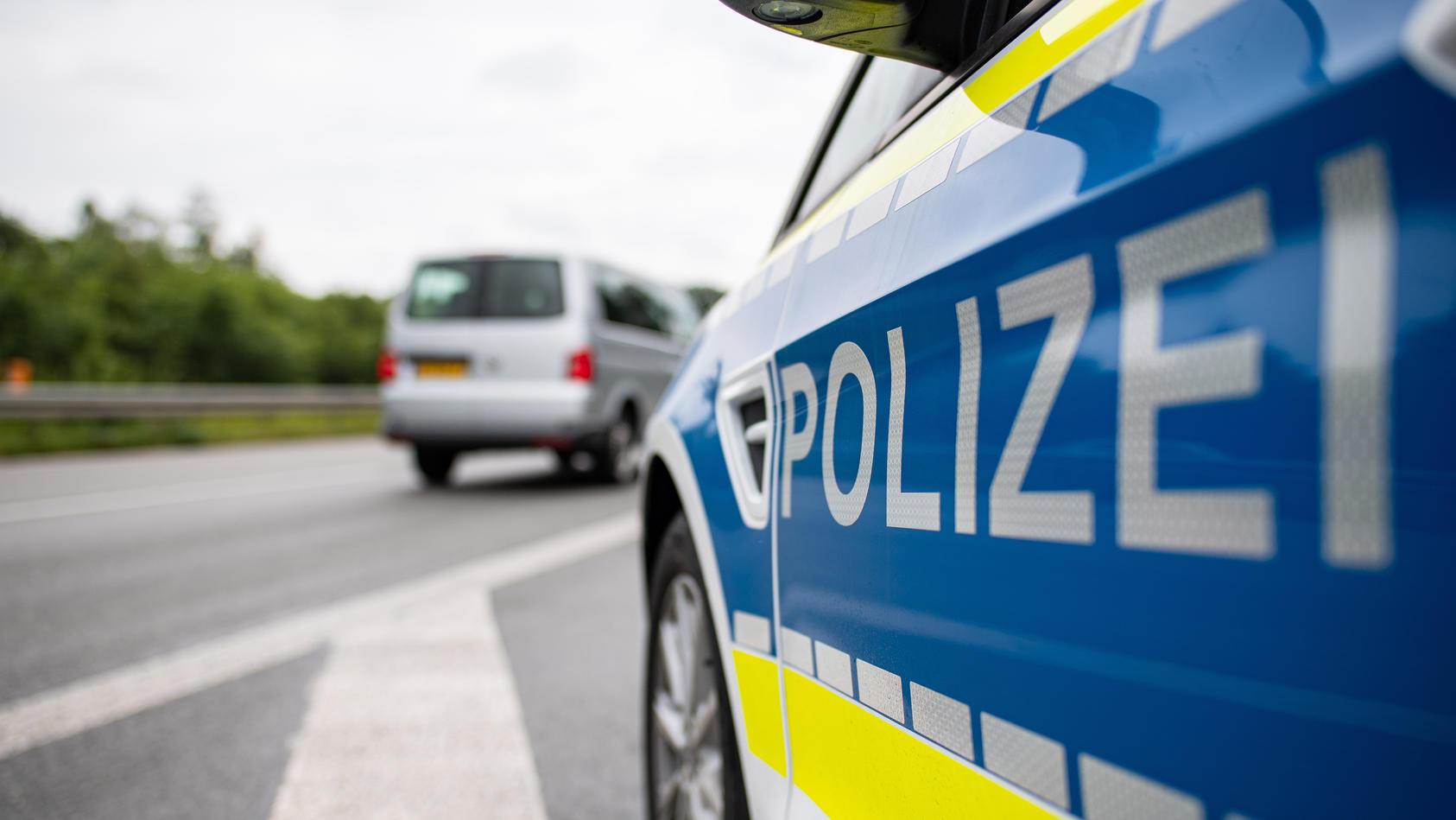 Ein mutmaßlicher Schleuser gab auf der A8 Vollgas, um der Polizei zu entkommen.