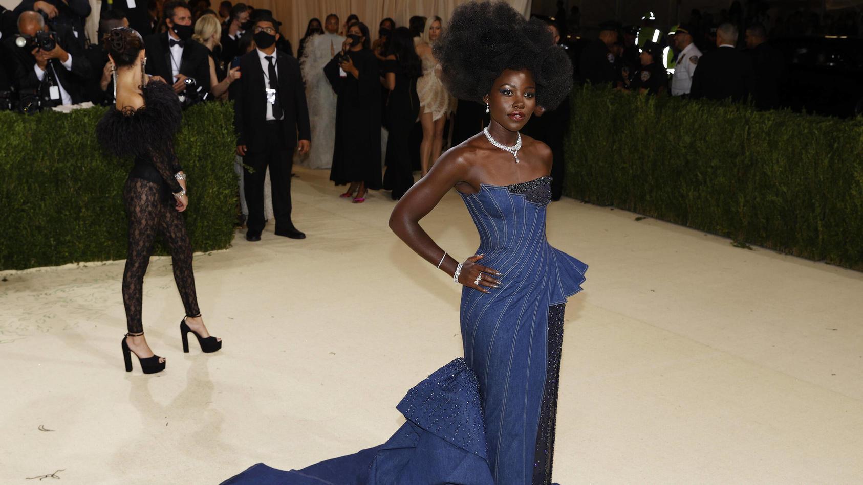 Lupita Nyong'o begeisterte uns dieses Jahr mit einem Denim-Dress von Versace.