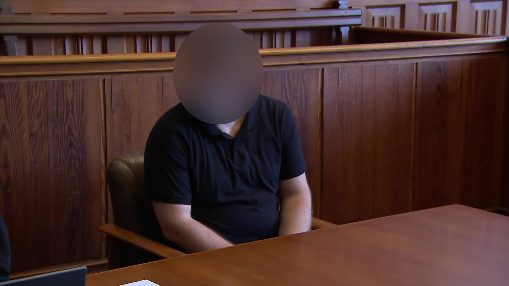 Der Täter kurz vor dem Urteilsspruch auf der Anklagebank im Landgericht Flensburg