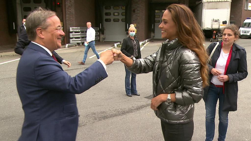 CDU-Kanzlerkandidat Armin Laschet begrüßt RTL-Reporterin Franca Lehfeldt.
