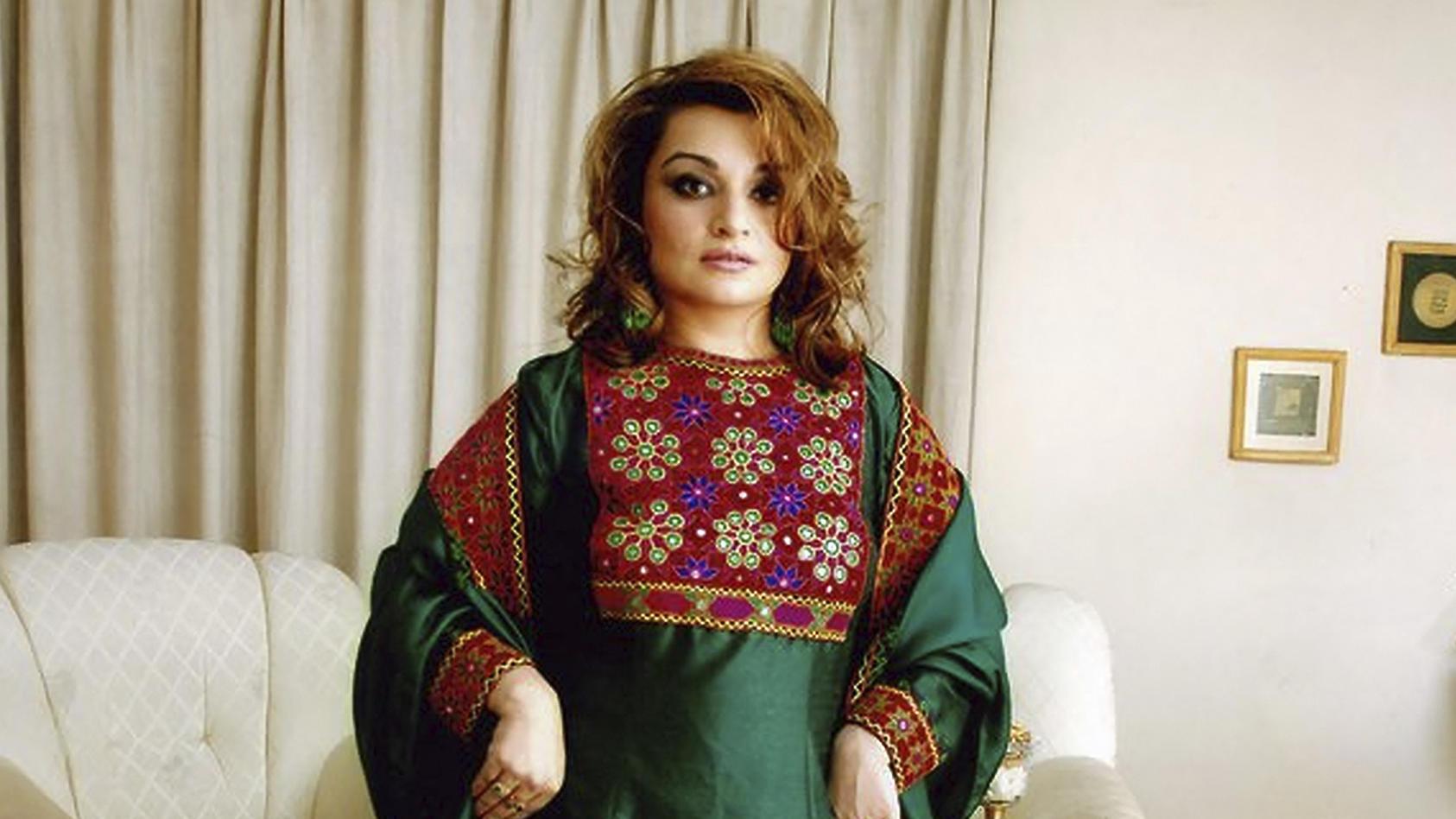 Initiatorin Bahar Jalali zeigt ihre traditionelle und bunte Kleidung auf Twitter.