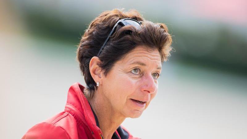 Bundestrainerin Monica Theodorescu auf dem Abreiteplatz. Foto: Rolf Vennenbernd/dpa
