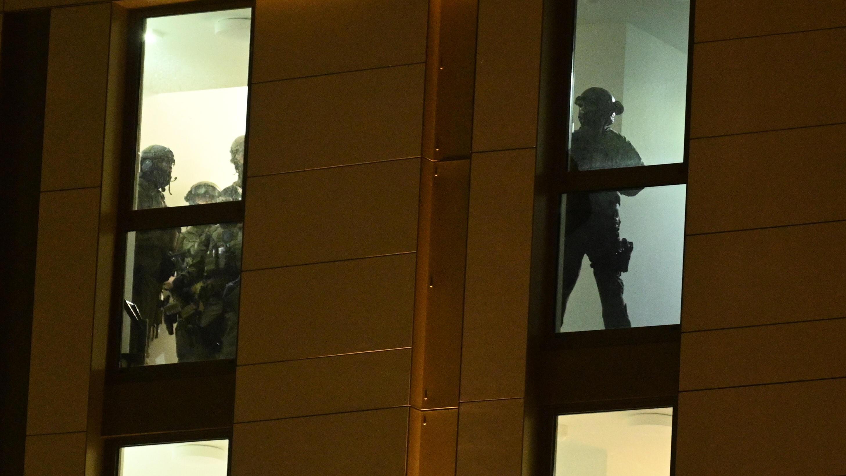 Spezialkräfte der Polizei während ihres Einsatzes in einem Düsseldorfer Hotel