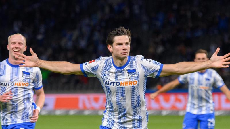 Torschütze Jurgen Ekkelenkamp (M) von Hertha bejubelt den 1:1-Ausgleichstreffer. Foto: Soeren Stache/dpa-Zentralbild/dpa