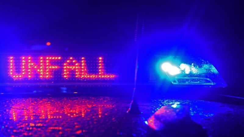 """Der Schriftzug """"Unfall"""" leuchtet zwischen zwei Blaulichtern auf dem Dach eines Polizeiwagens. Foto: Stefan Puchner/dpa/Symbolbild"""