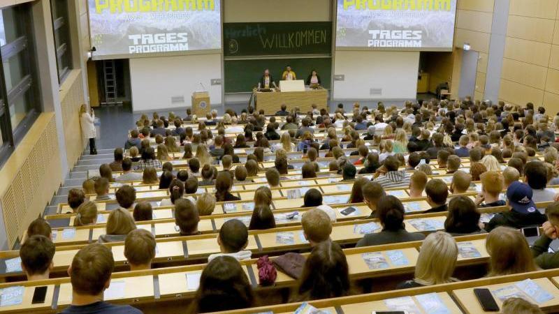 Beim traditionellen Campustag haben sich die Studienanfänger im Audimax der Universität eingefunden. Foto: Bernd Wüstneck/dpa-Zentralbild/dpa/Archivbild