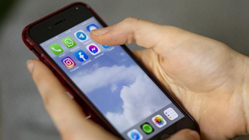 Auf einem Smartphone sieht man die Symbole verschiedener Sozialer Medien und Messenger-Dienste. Foto: Fabian Sommer/dpa/Illustration