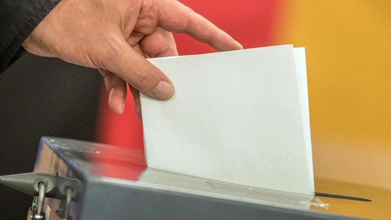 Ein Wähler wirft seinen Stimmzettel in die Wahlurne. Foto: Michael Kappeler/dpa/Archivbild