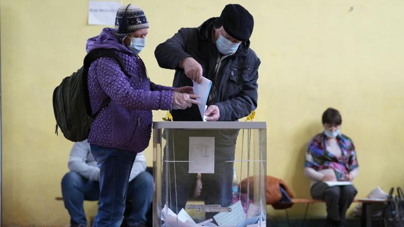 Unter weitgehendem Ausschluss prominenter Oppositioneller hat in Russland die dreitägige Parlamentswahl begonnen. Foto: Dmitri Lovetsky/AP/dpa