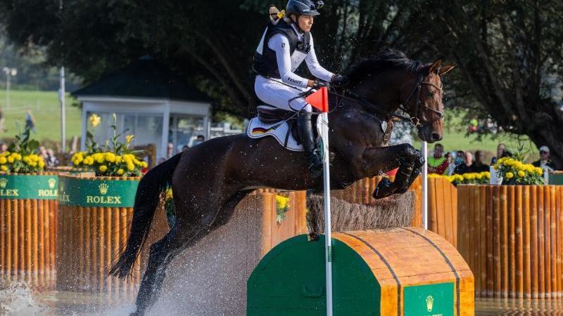 """Die Reiterin Ingrid Klimke aus Deutschland auf ihrem Pferd """"EQUISTROS SIENA JUST DO IT"""" überspringt ein Hindernis. Foto: Rolf Vennenbernd/dpa"""
