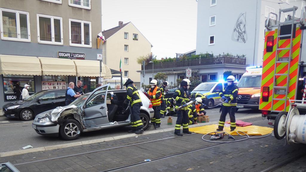 Unfall in Kassel: Die Feuerwehr musste die Türen des VW Golf entfernen, um den Fahrer aus dem Auto zu befreien.